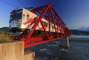 夕方の赤い鉄橋を渡る輝くれいんどりーむ号の写真素材 [FYI04918394]
