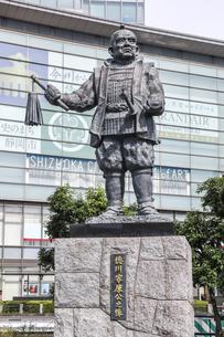 JR静岡駅北口広場に立つ徳川家康公之像の写真素材 [FYI04918460]