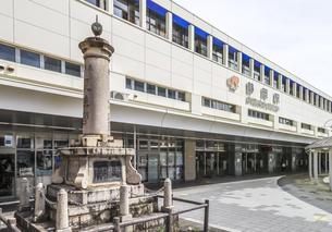 東照宮三百年祭記念塔を見るJR静岡駅南口風景の写真素材 [FYI04918470]