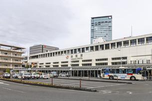 多数の停車中タクシーを見るJR静岡駅南口風景の写真素材 [FYI04918473]