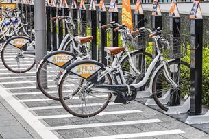 ステーションに駐輪中の静岡市シェアサイクルパルクルの写真素材 [FYI04918477]