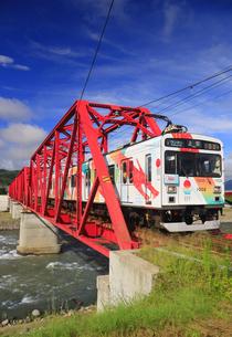 赤い鉄橋を渡るれいんどりーむ号のアップの写真素材 [FYI04918492]