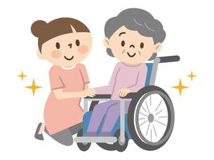 笑顔の車椅子に乗ったシニア女性と寄り添う女性のイラスト素材 [FYI04918823]