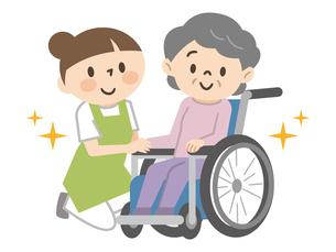 車椅子のシニア女性と若い介護スタッフのイラスト素材 [FYI04918824]