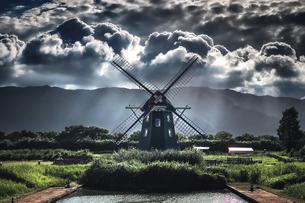 アクアワールド水郷パークの風車と積乱雲の写真素材 [FYI04918964]
