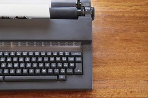 木製の机に置かれた電子タイプライターの写真素材 [FYI04919014]