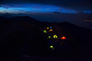 山頂の夜とテント灯りの写真素材 [FYI04919246]