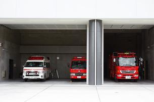 消防署の消防車と救急車の写真素材 [FYI04919294]