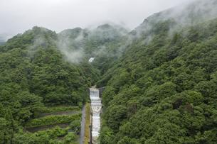 山から連続して続く砂防ダムの写真素材 [FYI04919382]