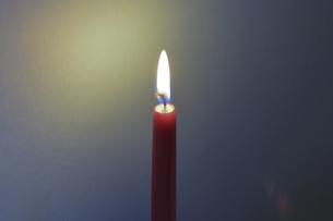 暗闇の中のキャンドルの写真素材 [FYI04919402]