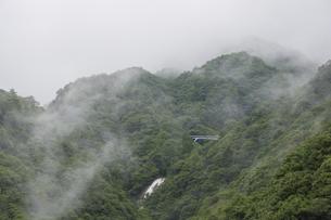霧がかる御在所岳の中腹に見える蒼滝の写真素材 [FYI04919535]