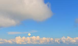 上がる満月と雲の写真素材 [FYI04919864]