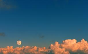 満月と夕焼け雲の写真素材 [FYI04919865]