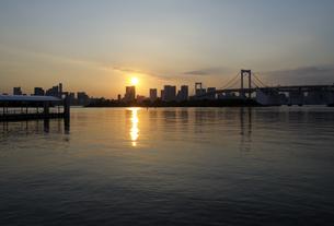 お台場海浜公園から見る夕日の写真素材 [FYI04919903]