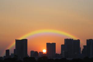 お台場海浜公園から見る夕日と虹の写真素材 [FYI04919909]