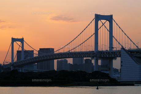 夕焼け空とレインボーブリッジの写真素材 [FYI04919913]