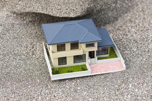 砂を被った住宅模型の写真素材 [FYI04919951]
