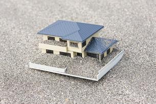 砂を被った住宅模型の写真素材 [FYI04919952]