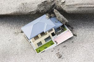 砂を被った住宅模型の写真素材 [FYI04919953]