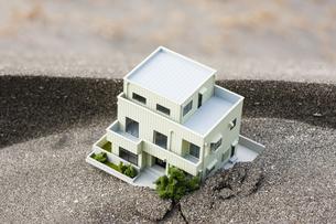 砂を被った住宅模型の写真素材 [FYI04919954]