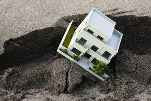 砂を被った住宅模型の写真素材 [FYI04919955]