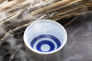 お猪口に注がれた熱燗の写真素材 [FYI04920066]