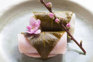 紅白の桜餅の写真素材 [FYI04920089]