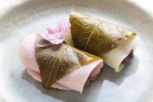 紅白の桜餅の写真素材 [FYI04920090]