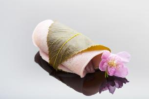 桜餅と桃の花の写真素材 [FYI04920095]