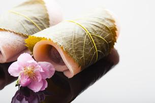 桜餅と桃の花の写真素材 [FYI04920097]