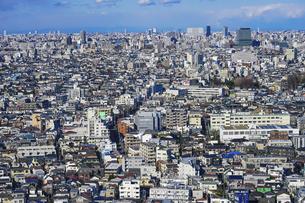 東京の街並み 三軒茶屋キャロットタワーから茶沢通り沿いに中野駅方向の写真素材 [FYI04920298]