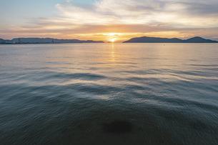 海面から見る夕方の海の自然風景 ドローン 空撮の写真素材 [FYI04920334]