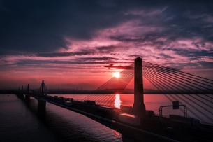 夕焼けと湾岸高速道路を空撮の写真素材 [FYI04920346]