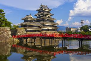 青空に聳える松本城の写真素材 [FYI04920446]