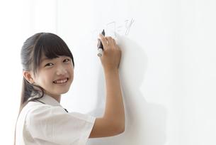 ホワイトボードに書く中学生の写真素材 [FYI04920539]