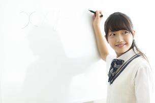 ホワイトボードに書く中学生の写真素材 [FYI04920541]