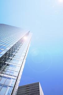 超高層ビルと太陽光の写真素材 [FYI04920825]