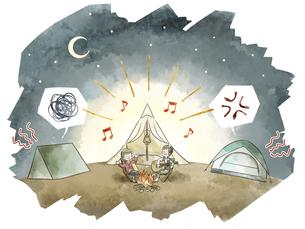 キャンプ場で夜中に騒ぐ迷惑カップルのイラスト素材 [FYI04920851]