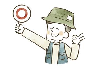マルの札を掲げるアウトドアウェアの男性のイラスト素材 [FYI04920859]