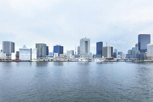 梅雨空の町並みに東京タワーの写真素材 [FYI04920984]