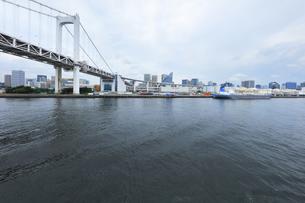 レインボーブリッジと梅雨空の東京の町並みの写真素材 [FYI04920986]