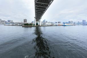 レインボーブリッジと梅雨空の東京の町並みの写真素材 [FYI04920987]