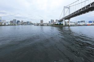 レインボーブリッジと梅雨空の東京の町並みの写真素材 [FYI04920988]