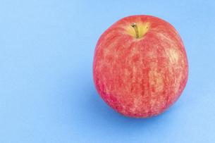 【果物】ヘタがついた赤いリンゴ の写真素材 [FYI04921011]