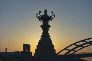 瀬戸内海の夕暮れ みなと公園の太助灯籠(香川県丸亀市)の写真素材 [FYI04921077]