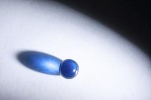 【夏】光を反射する青色のビー玉 マクロ撮影の写真素材 [FYI04921082]
