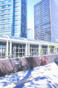 高層ビルと自転車の写真素材 [FYI04921374]