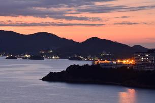 夕暮れ/小豆島瀬戸内海池田湾の風景の写真素材 [FYI04921461]
