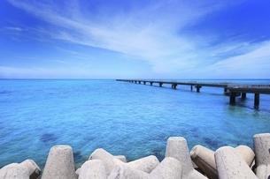 沖縄・下地島 誘導桟橋とテトラポットに17ENDの海の写真素材 [FYI04921479]