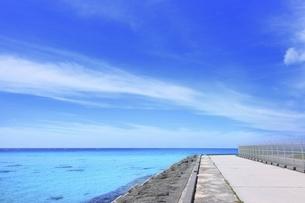 沖縄・下地島 下地島空港外周道路と17ENDの海の写真素材 [FYI04921485]